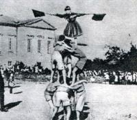 Снимок 3. Группа детей выстраивает «пирамиду»