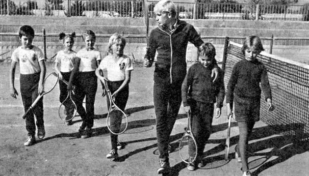 Тренер по теннису Игорь Греченков со своими подопечными