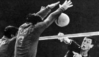 Удар американца Пауэрса блокируют советские волейболисты Сорокалет и Савин