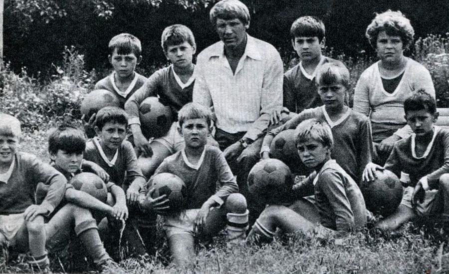 Василий Марченко с юными футболистами