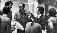 Вячеслав Платонов взял тайм-аут для указаний волейболистам сборной СССР