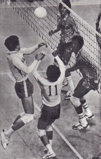 Японские волейболисты завязывают комбинацию у сетки