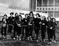 Юные спортсмены на фоне Дворца детского спорта