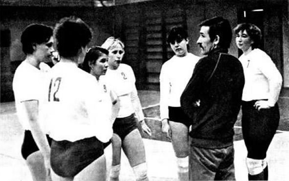 Юрий Дьяконов на тренировке с заводскими волейболистками